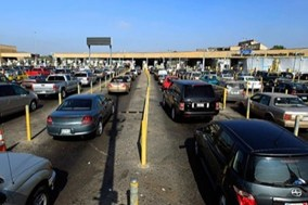 Lines of cars waiting at the Mexico/United States border crossing. (Courtesy of Reuters/Released)